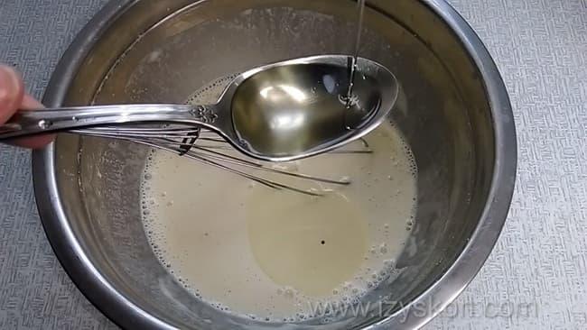 Для приготовления блинов без яиц на молоке добавьте в тесто масло.