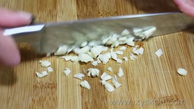 Для приготовления домашнего куриного паштета, по рецепту. необходимо нарезать чеснок.