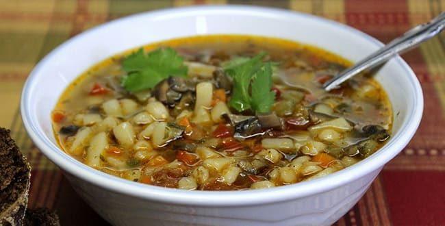 Вкусный грибной суп с перловкой готов.