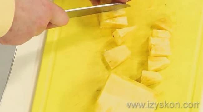 Для приготовления вкусного салата с копченой курицей нарежьте ананасы кубиком.