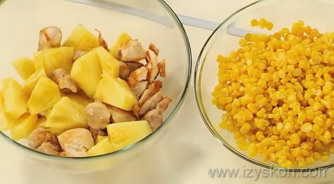Для приготовления вкусного салата с копченой курицей и ананасами соедините все ингредиенты