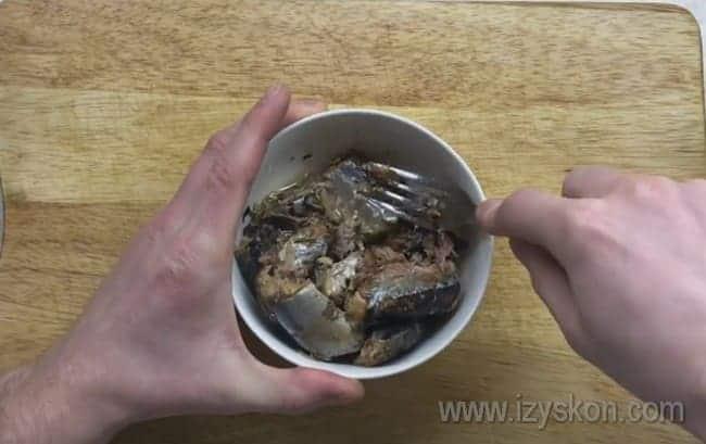 Для приготовления такой закуски отличным выбором станет консервированная сайра.