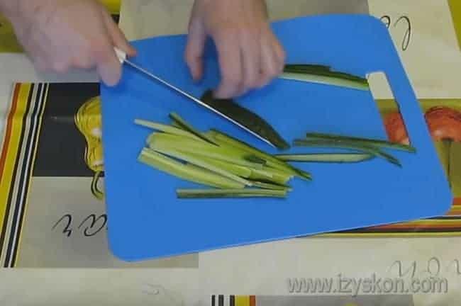 Огурец режем тонкими длинными полосками.