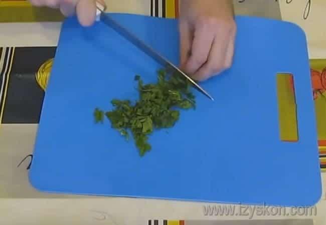 Измельчаем свежую зелень.