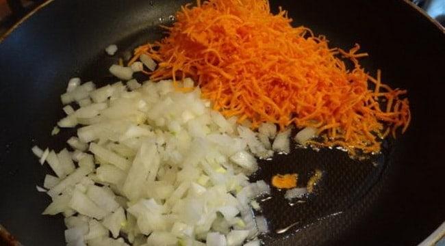 Для приготовления рыбного супа из сайры консервированной обжарьте овощи.