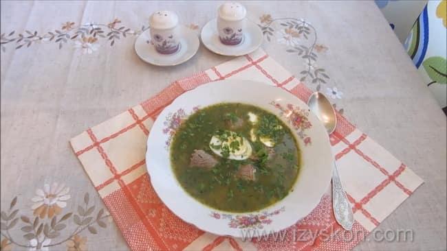 Вкусные щавелевые щи с яйцом по простому рецепту готовы.