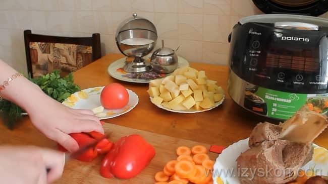 Перед тем как варить шурпу из свинины в мультиварке, нарежьте перец.
