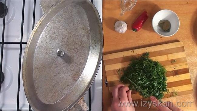 Перед тем как варить шурпу из свинины нарежьте зелень.