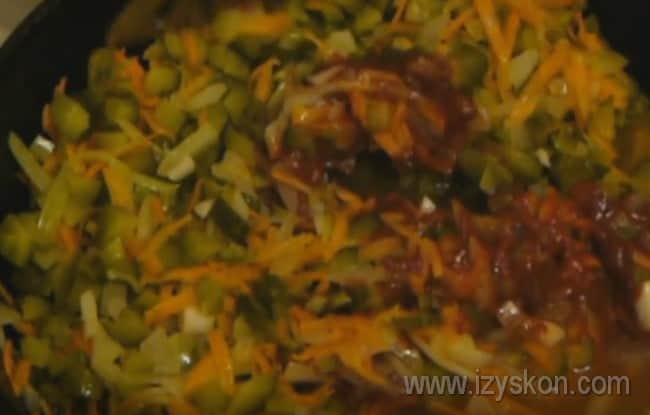 В зажарку для классической сборной мясной солянки с картошкой добавляем огурцы, колбасу, томатную пасту и рассол.