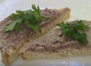 Если вы используете паштет для бутербродов, украсьте их зеленью или ломтиками овощей.