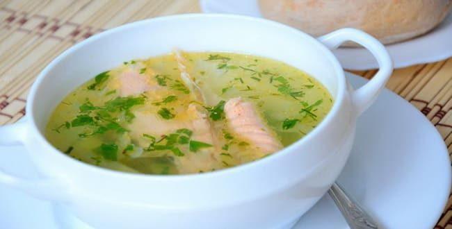 Сытная уха из красной рыбы приготовленная по простому рецепту готова!