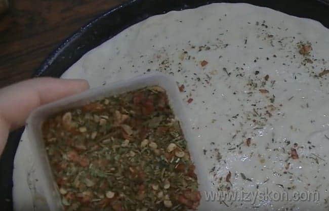 Тонко раскатав каждую часть теста, можно посыпать ее смесью трав.
