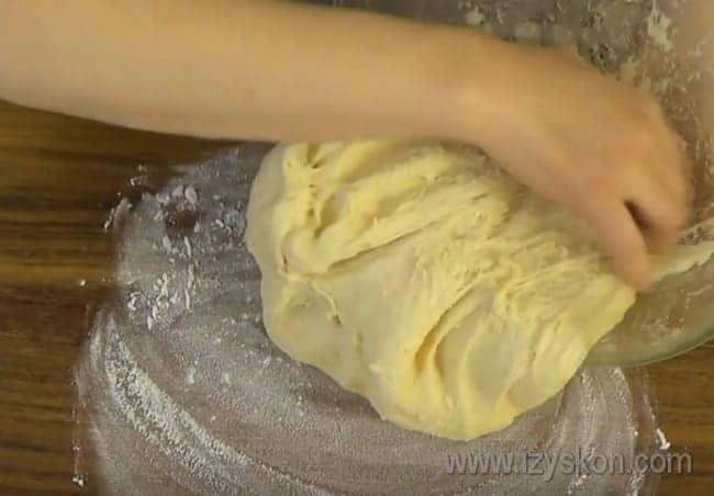 На этом этапе выкладываем тесто на присыпанную мукой поверхность и немного месим.