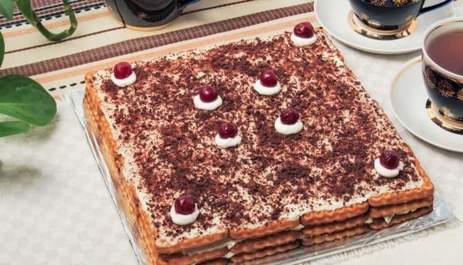 вкусный шоколадный торт из печенья без выпечки готов.