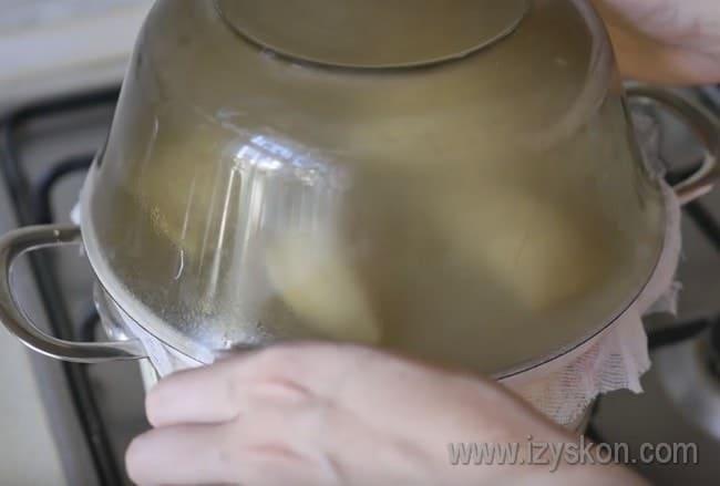 Накрываем вареники глубокой миской, чтобы они прошли паром.