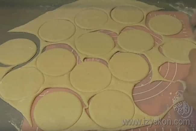 Стаканом выдавливаем из теста одинаковые кружочки.