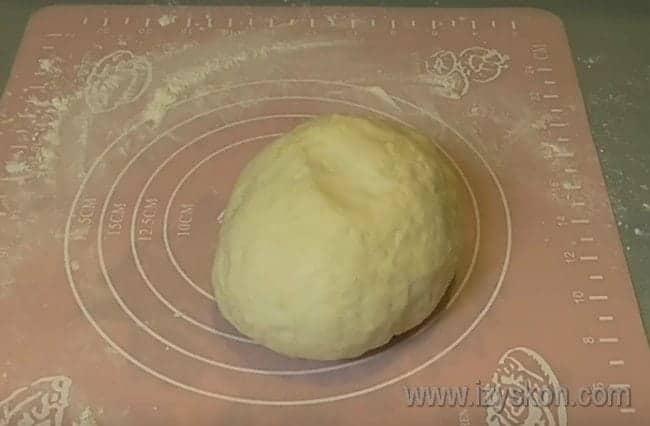 Замесите тесто не слишком тугим, иначе вареники будут твердыми.