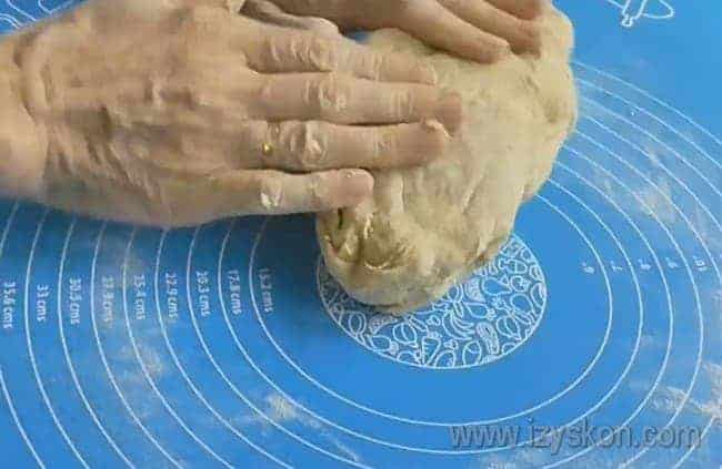 Тесто удобно месить на посыпанной мукой поверхности.