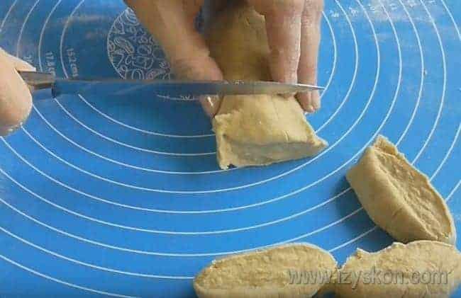 Раскатав тесто в колбаску, разделите его на кусочки.
