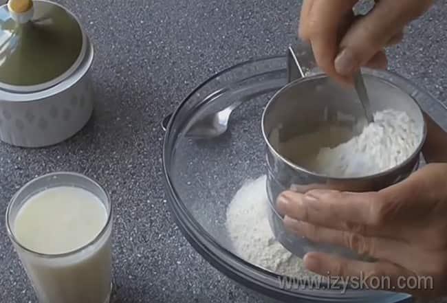 Тесто для вареников с клубникой можно приготовить на кефире.