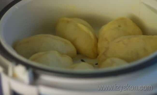 Вареники с клубникой в мультиварке удобно готовить на пару.
