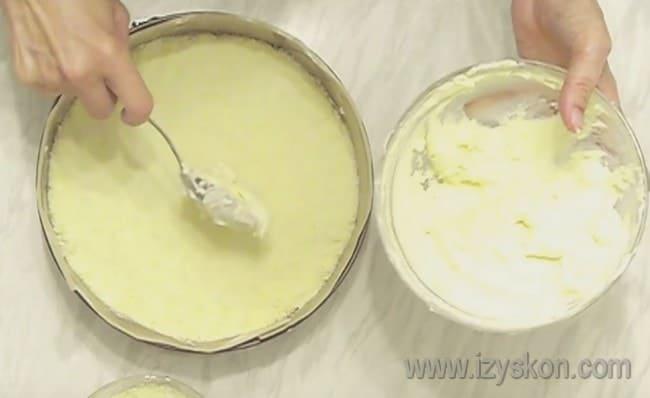 Последние два слоя - оставшаяся творожная начинка и крошка, которую надо равномерно распределить по поверхности пирога.