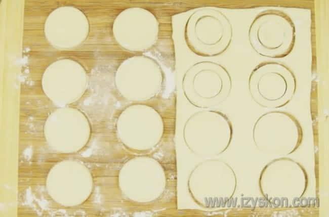 Большим и меньшим стаканами вырезаем из теста кольца и кружочки.