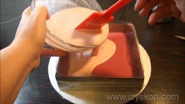 Для приготовления муссовых пирожных с зеркальной глазурью залейте шоколадной заливкой бисквит.