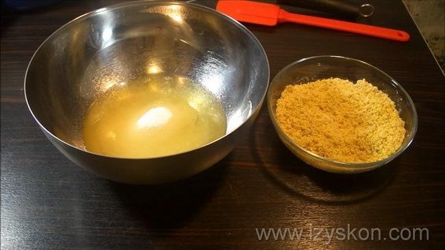 Для приготовления муссовых пирожных с зеркальной глазурью подготовьте все ингредиенты.