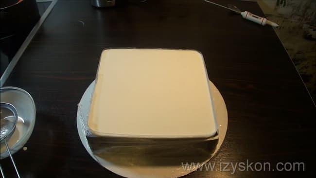 Сладкое муссовые пирожные с зеркальной глазурью готово, осталось разрезать на порции.