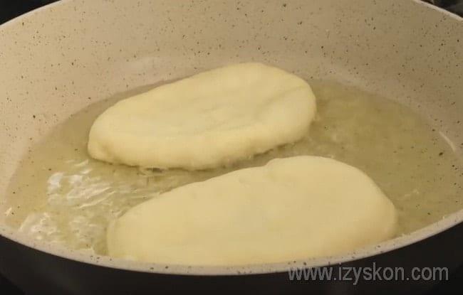 Выкладываем пирожки в разогретое на сковороде масло.