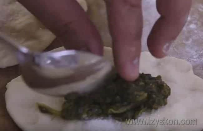 Выкладываем на лепешку немножко сахара, а затем - подготовленный щавель.
