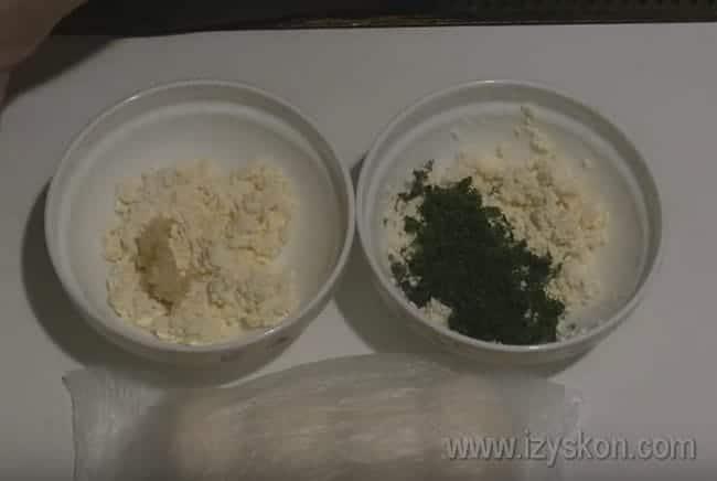 По этому рецепту приготовим пирожки с творогом и зеленью, а также с чесноком, разделив начинку пополам.