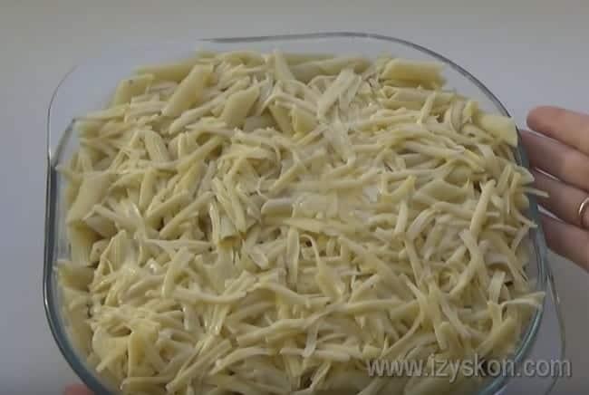Сверху посыпаем блюдо сыром и отправляем в духовку.