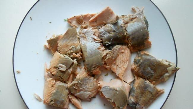 Разделяем рыбу на кусочки