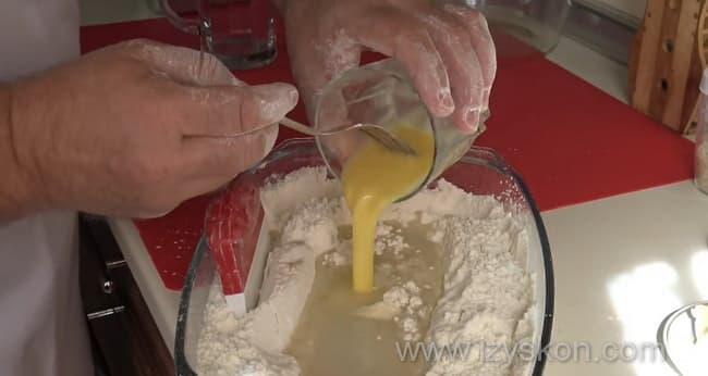 Добавляем в муку яичную смесь