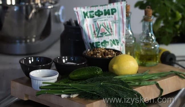 Для приготовления болгарской окрошки таратор подготовьте все ингредиенты.