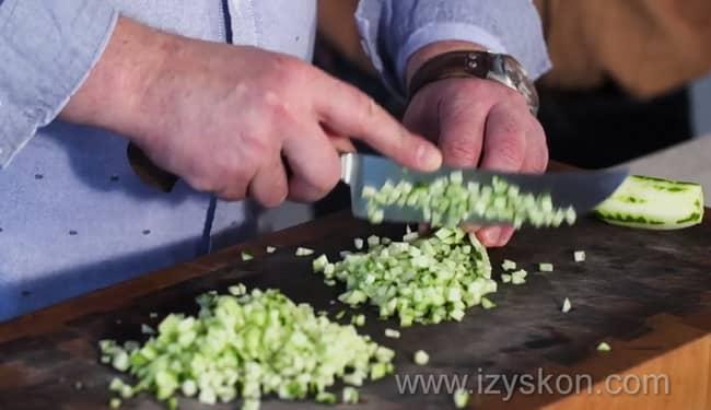 Для приготовления болгарской окрошки таратор нарежьте огурцы.