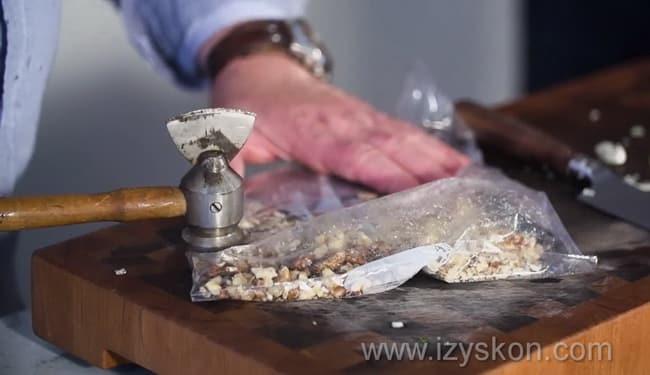 Для приготовления болгарской окрошки таратор измельчите орехи.
