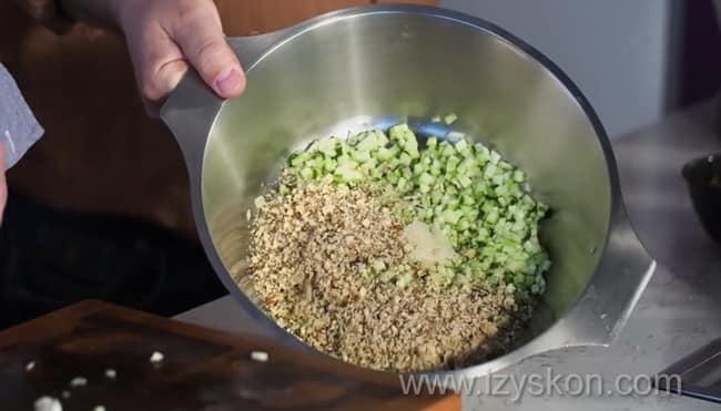 Для приготовления болгарской окрошки таратор соедините все ингредиенты.