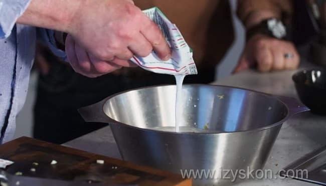 Для приготовления болгарской окрошки таратор добавьте к ингредиентам кефир.