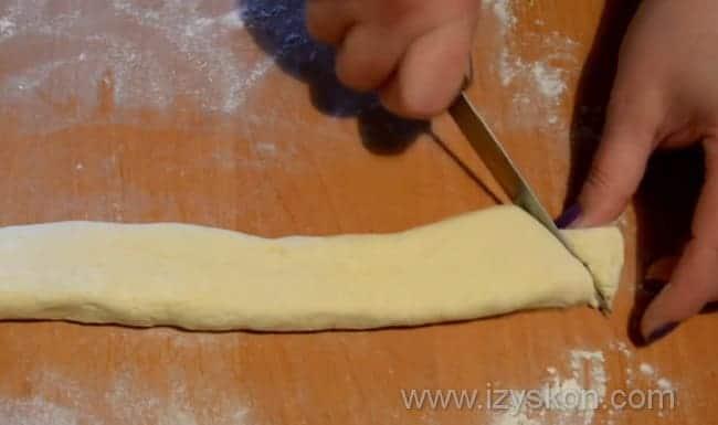 Нарезаем тесто по диагонали