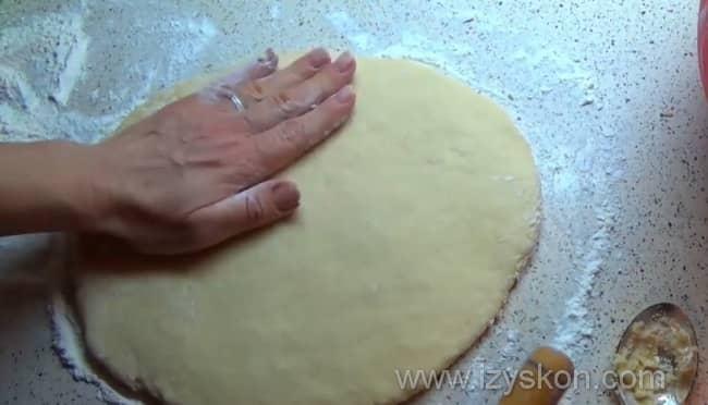 Раскатываем толсто тесто для пряников