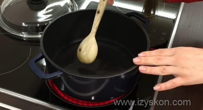 Ставим на огонь сахарный сироп