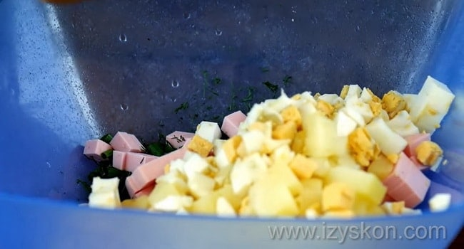 Перед тем как сделать окрошку с квасом нарежьте картофель и яйца.