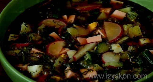 Простой рецепт приготовления окрошки на квасе.