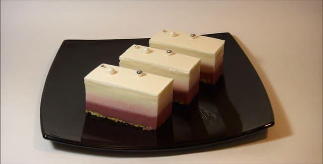 Воздушное муссовые пирожные с зеркальной глазурью готово.