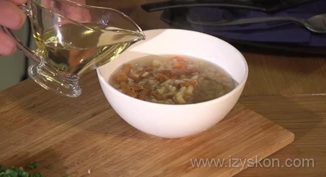 Перед тем как приготовить грибной суп из замороженных грибов с перловкой добавьте в тарелку масло.