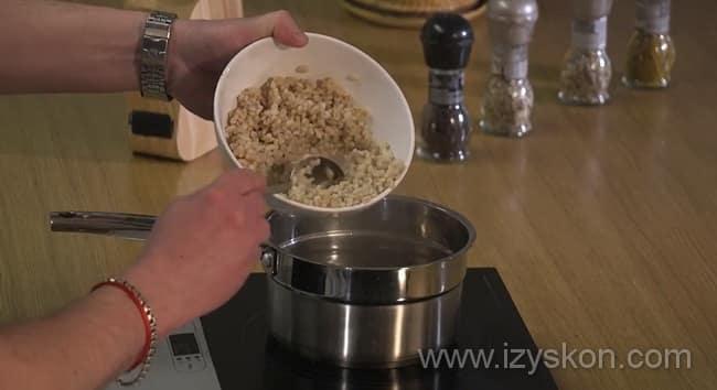 Перед тем как приготовить грибной суп из замороженных грибов отварите перловку