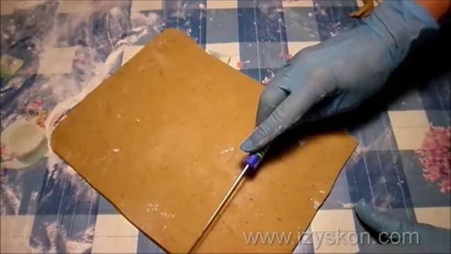 Для приготовления тульских пряников раскатайте тесто.